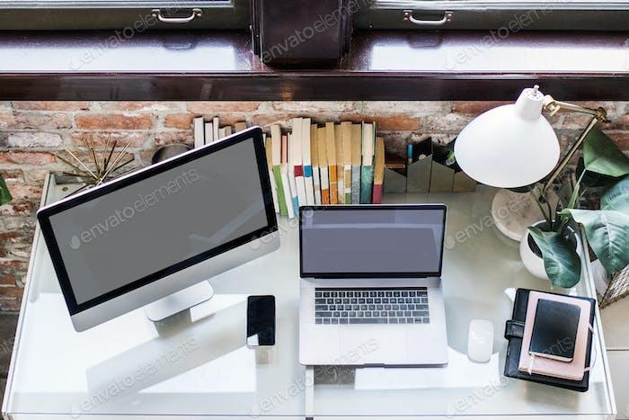 Monitor de PC, portátil y smartphone en un escritorio