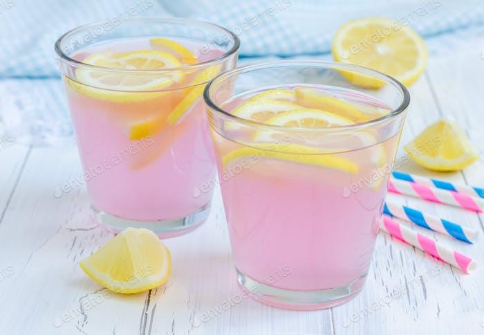 Rosa Limonade mit frischen Zitronen