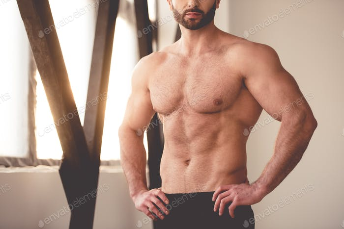 Красивый мускулированный человек