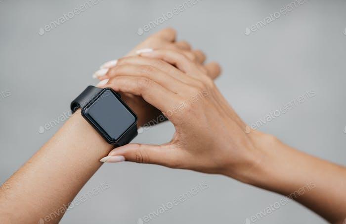 Проверьте активность тела. Африканская американская девушка проверить смарт-часы с пустым экраном