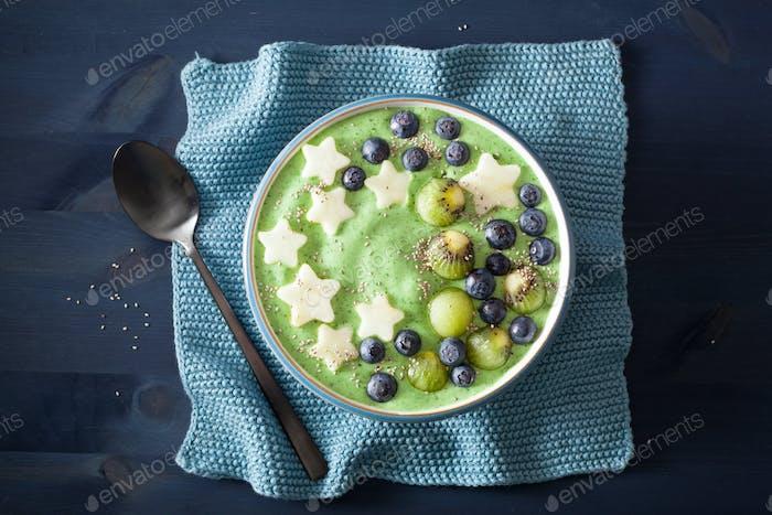 gesunde grüne Spinat-Smoothie-Schüssel mit Heidelbeere, Apfelstern,