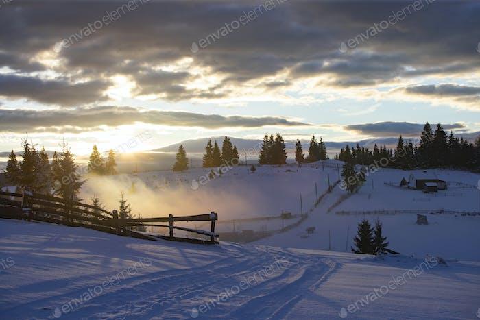 Winterwald in dramatisch Sonnenaufgang in den Karpaten, Rumänien.