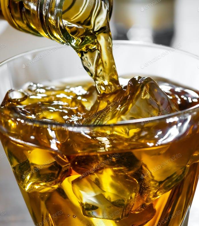 Whisky wird in ein Glas gegossen