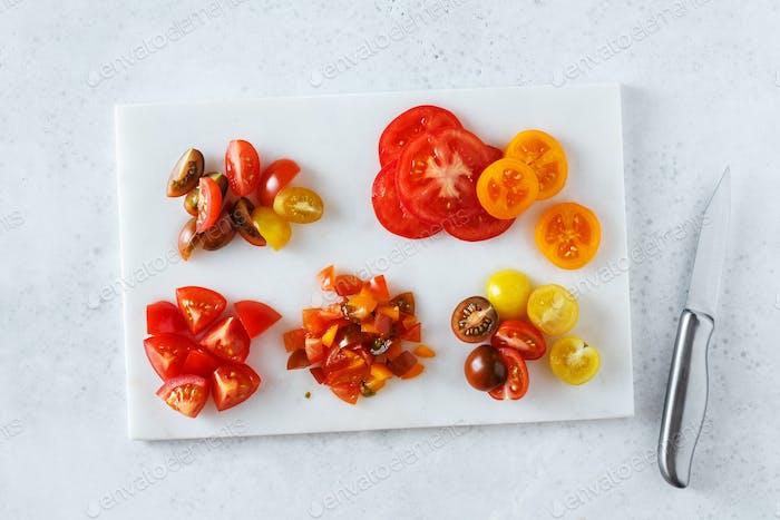 Verschiedene Tomaten auf verschiedene Arten geschnitten. Inhaltsstoffe