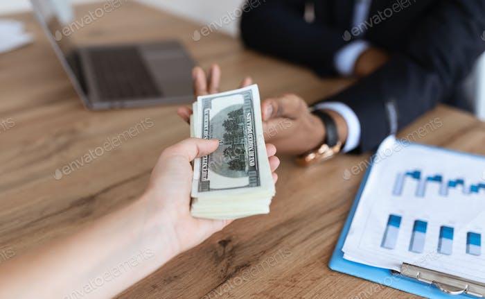Corrupto hombre de negocios negro sellado trato, recibiendo dinero soborno de su socio