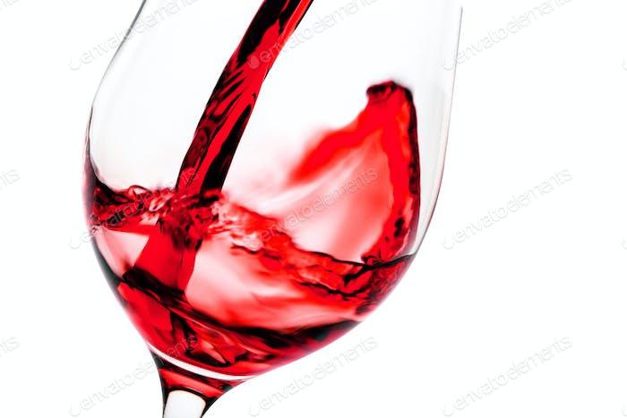 Rotwein Gießen in Glaskelch