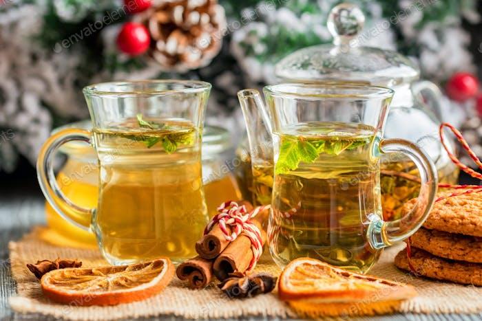 Kräuterweihnachtliche Tee mit Honig und Minze
