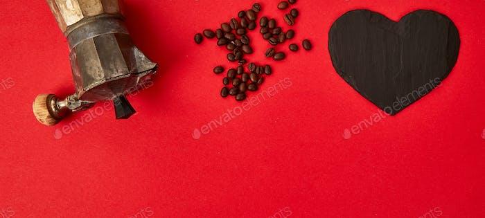 Banner von Flat lag von Kaffeemaschine und Kaffeebohnen auf rotem Hintergrund.