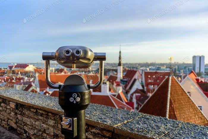 Ferngläser für Touristenbesichtigungen in der Altstadt von Tallinn