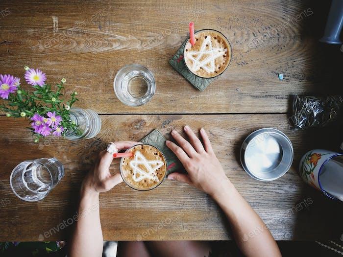 Genießen eiskalte Frappe im Café