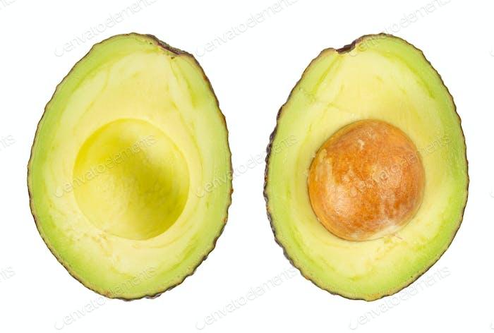 Zwei Scheiben Avocado isoliert auf dem weißen Hintergrund.