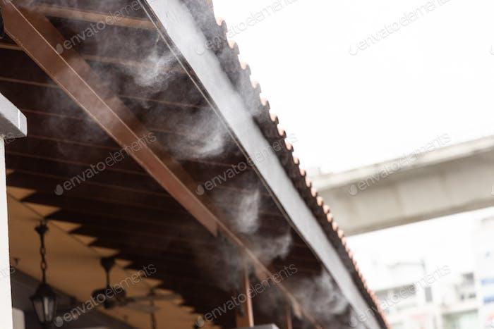 Sistema de refrigeración de niebla en edificios comerciales para gestionar la temperatura ambiente