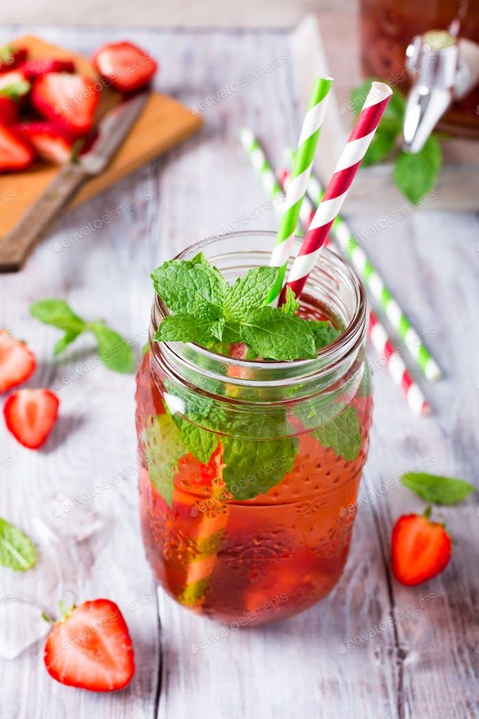Hausgemachtes köstliches Erdbeerkompott im Glas