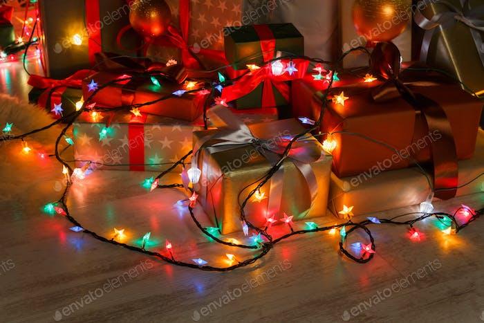 Weihnachtsgeschenk und Girlande Lichter, Urlaubskonzept