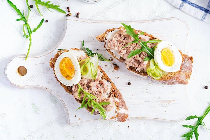 Toast mit Thunfisch.