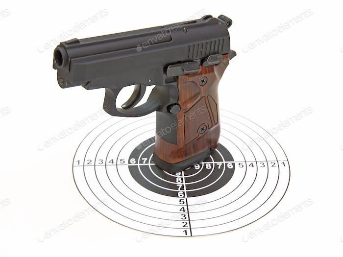 Die Pistole mit dem braunen Griff