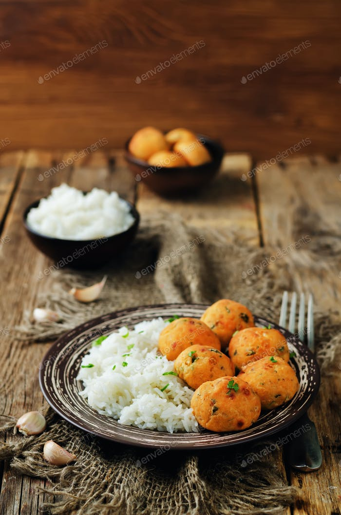 Lachs gebackene Kugeln mit Reis