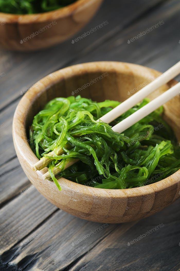Traditioneller japanischer Salat Chuka auf dem Holztisch