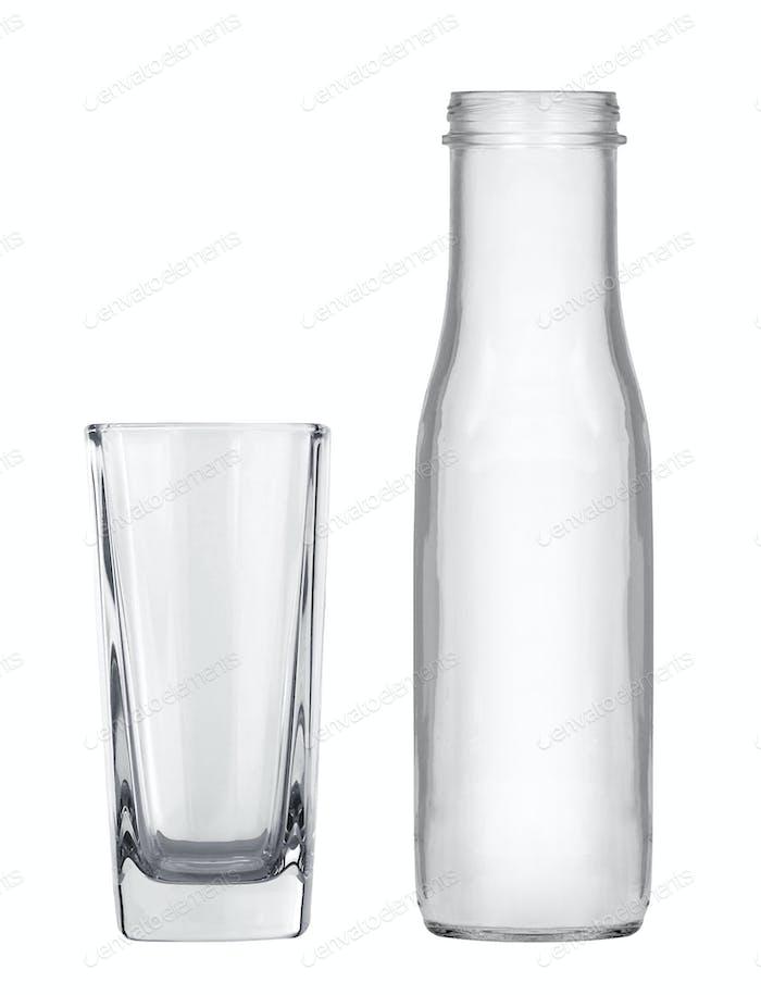 Leere Milchflasche mit Glas isoliert auf weiß