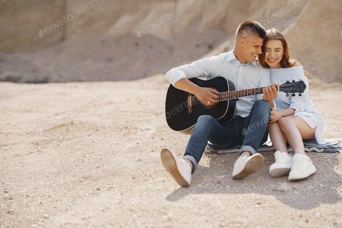 Pareja joven enamorada en la carrera de arena