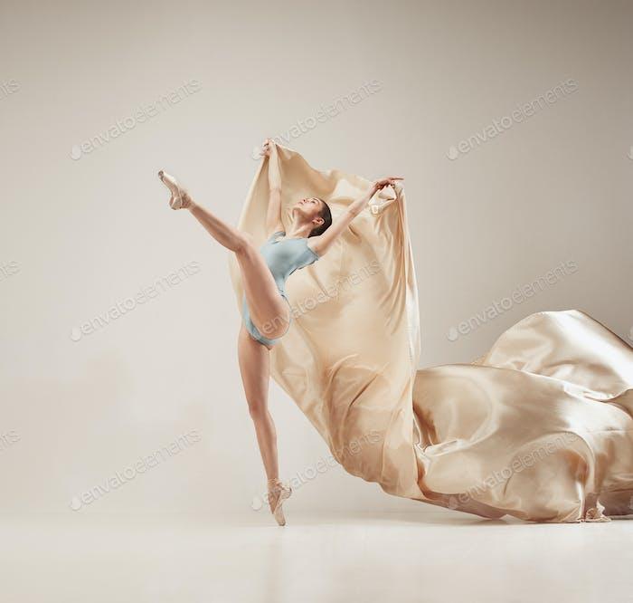 Moderne Balletttänzerin tanzt im ganzen Körper auf weißem Studio-Hintergrund.