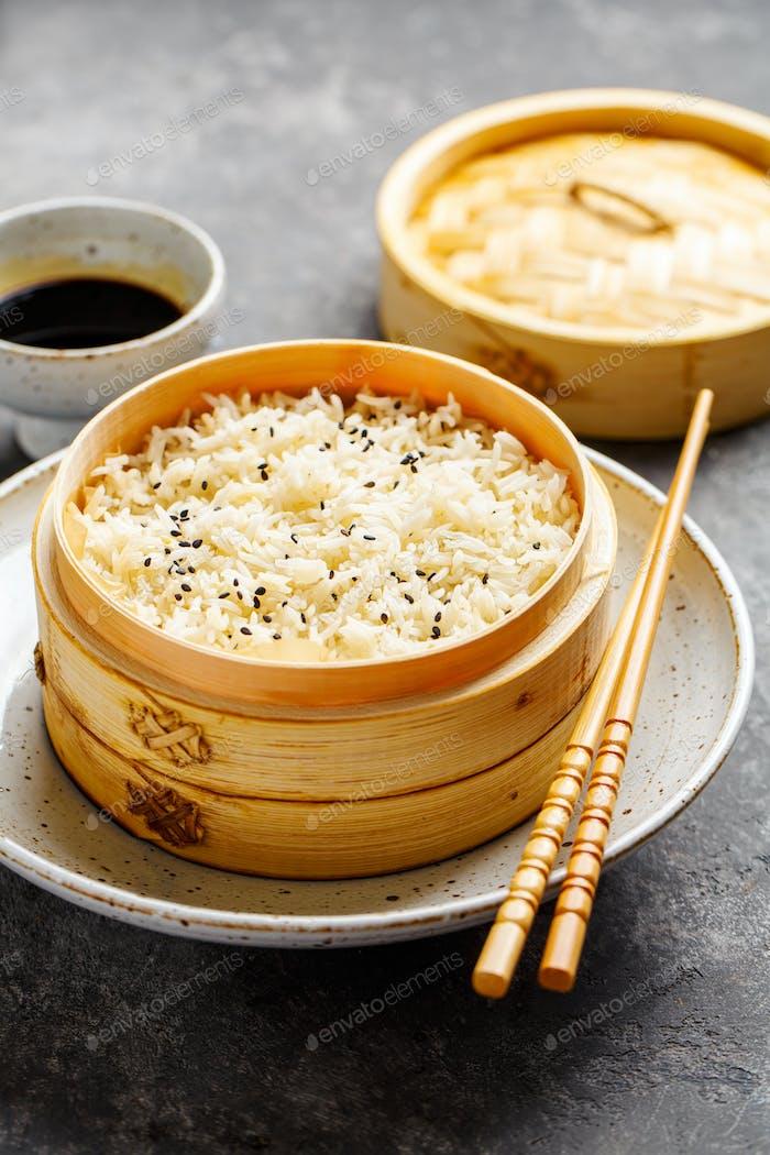 Gedämpfter Reis in Bambusdampfer