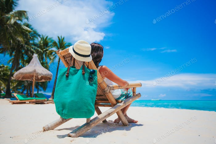 Frau liegt am Strand genießen Sommerferien Blick auf das Meer