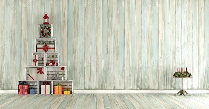 Altes Holzzimmer mit Weihnachtsdekorationen