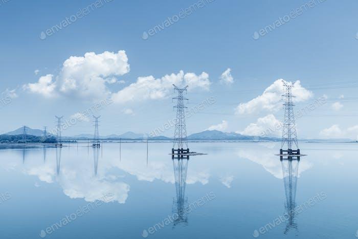 Stromübertragungsmasten am See