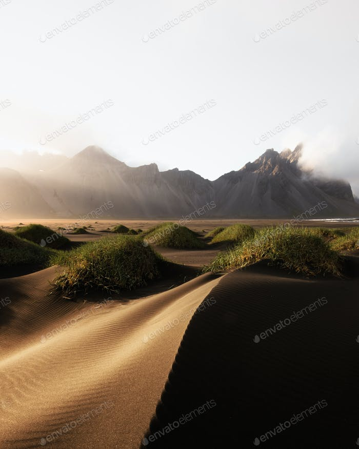 Berühmte Stokksnes Berge am Vestrahorn Kap