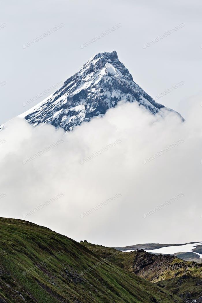 Berglandschaft Kamtschatka: Kamen Vulkan in Wolken