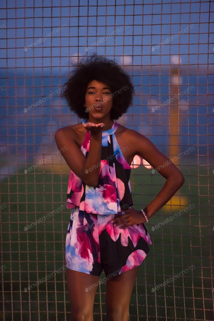 Porträt einer jungen afroamerikanischen Frau in einem Sommerkleid