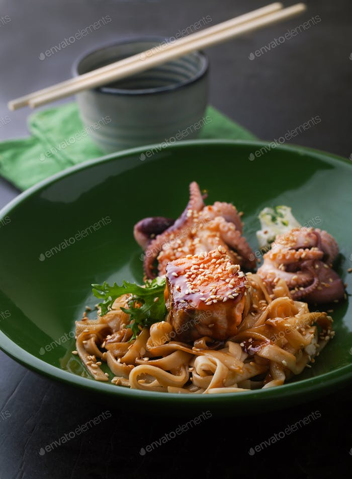 Udon noodles with salmon and octopus