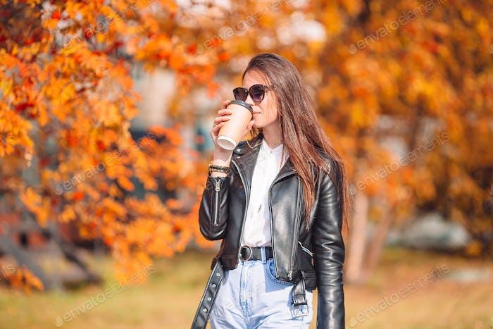 Herbst-Konzept - schöne Frau im Herbst Park unter Herbstlaub