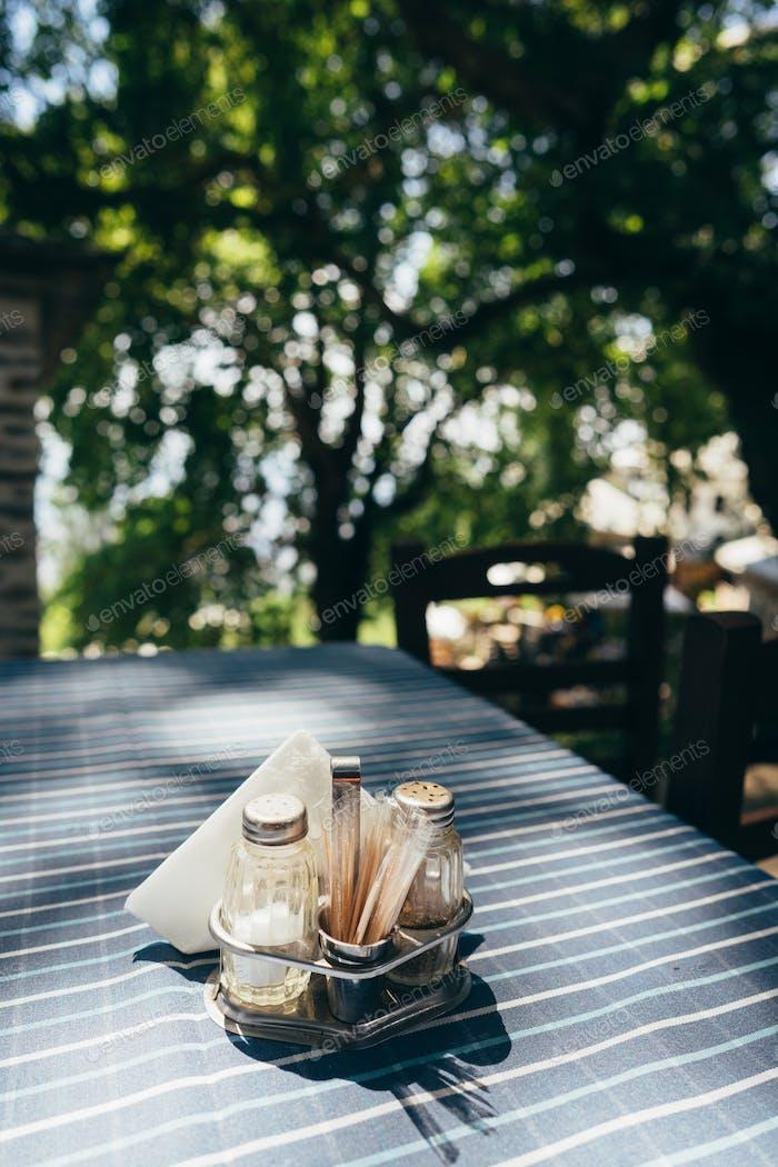 Nahaufnahme weißen Tisch Einstellung im Restaurant