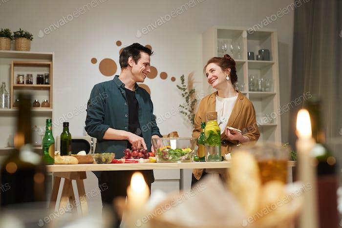 Junges glückliches Paar zusammen kochen