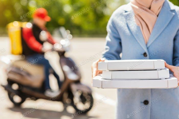 Unerkennbare Frau Holding Pizza-Boxen Empfangen Lebensmittel Von Kurier Outdoor