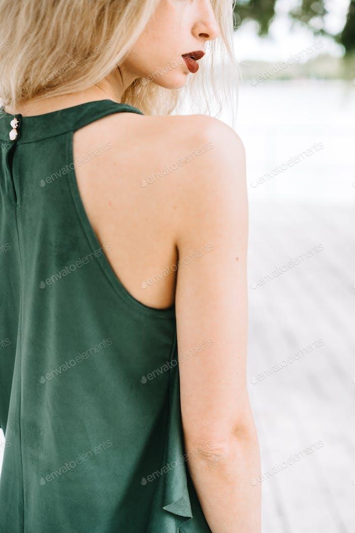 Mädchen in einem grünen Kleid