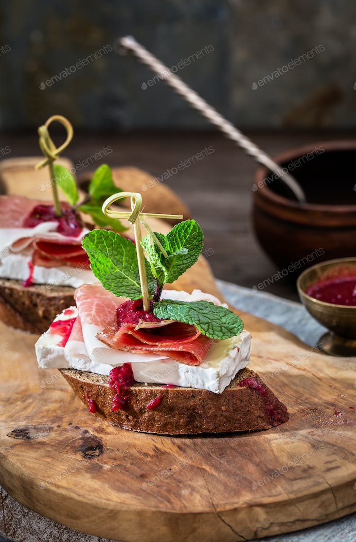Brie and prosciutto appetizers