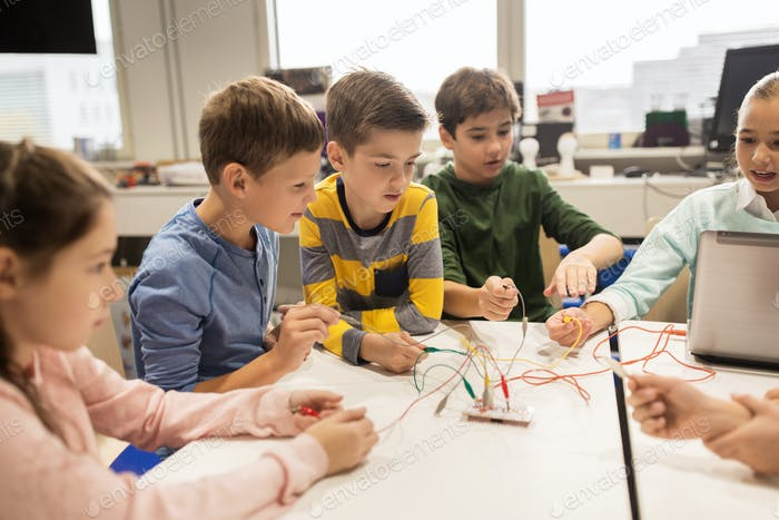 kids with invention kit at robotics school