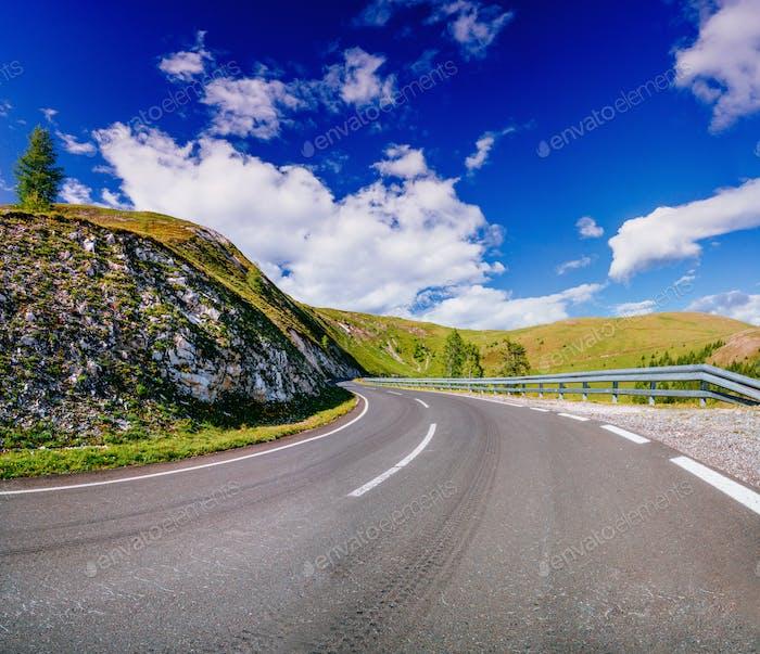 Kurvenreiche asphaltierte Straße in den französischen Alpen