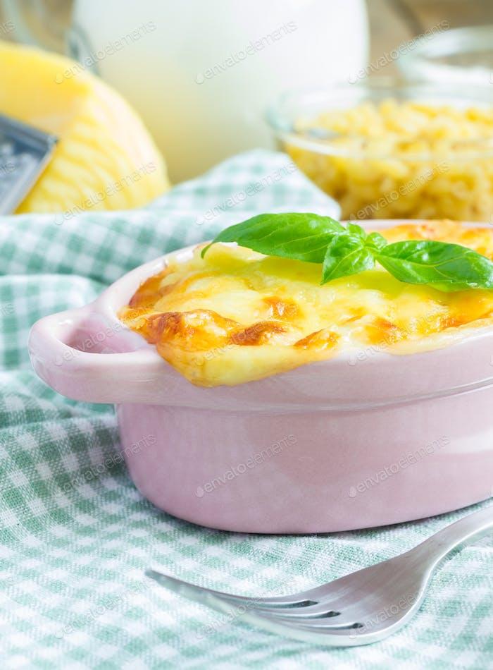 Makkaroni und Käse in einer Mini-Cocotte gebacken