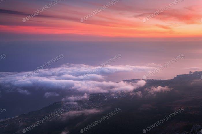 Schöne Landschaft mit Meer, bunten Sonnenuntergang und niedrigen Wolken