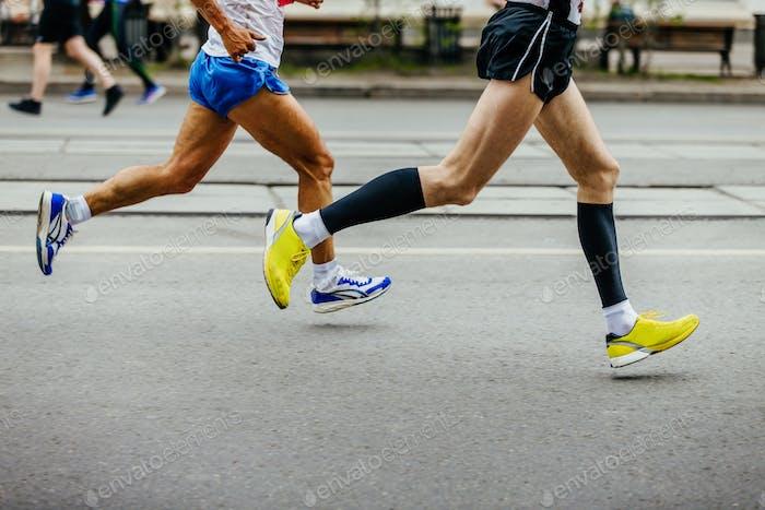Beine von zwei Männern Läufer