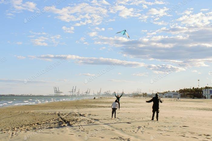 Fliegen eines Drachen am Strand