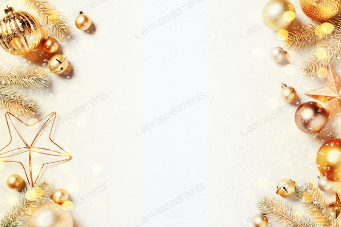 Goldener festlicher Hintergrund mit Weihnachtsbeleuchtung und Schnee