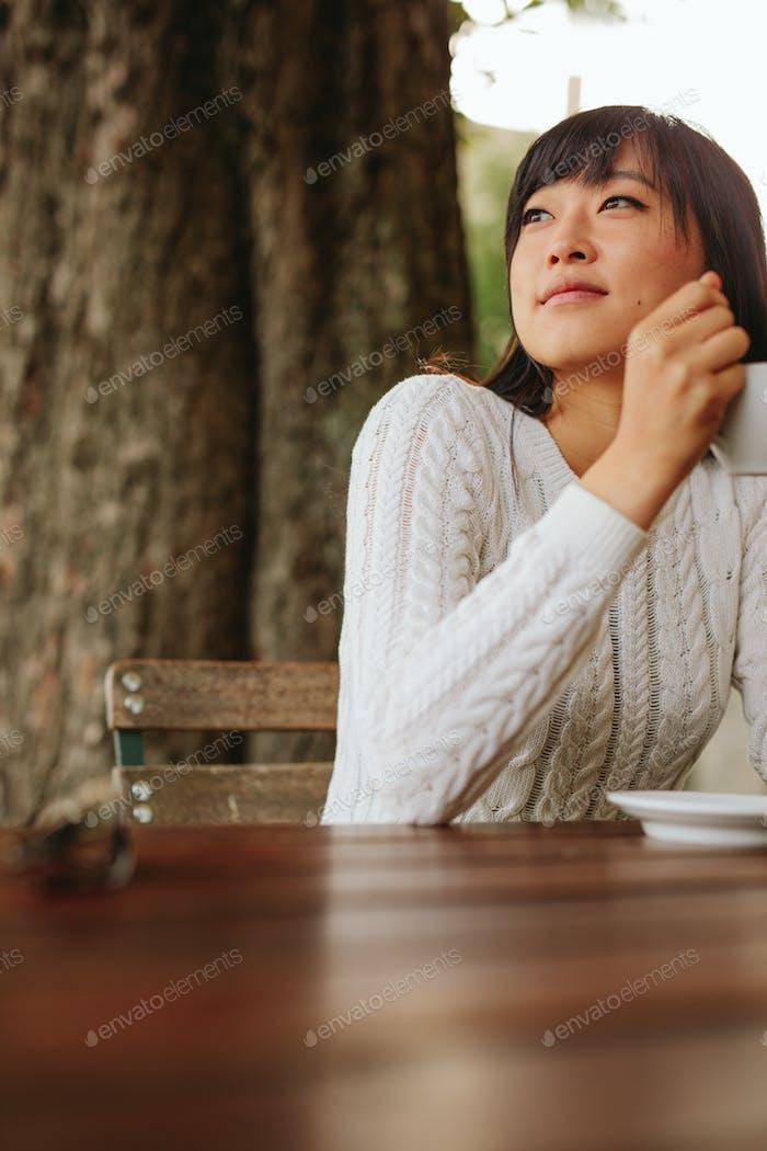 Junge Frau im Café mit einer Tasse Kaffee