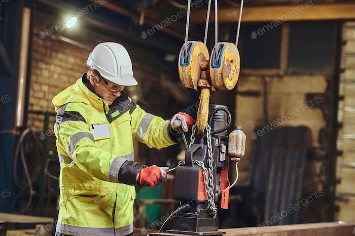 Der Mensch arbeitet in der Metallfabrik