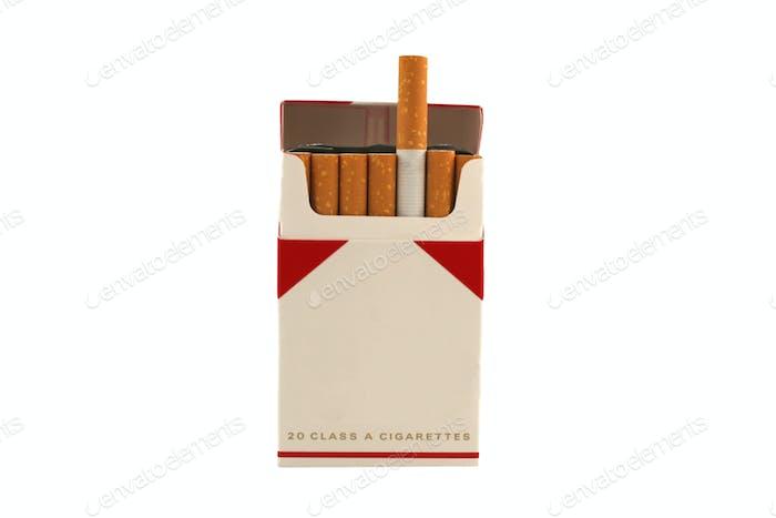 Isolierte Zigarettenpackung auf weißem Hintergrund