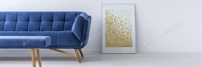 Sofa und Poster im Wohnzimmer